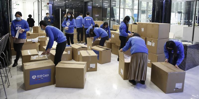 Das RIB Care Team bereitet Pakete vor